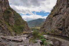 Rivière de montagne coulant le long de peu de canyon Photos libres de droits