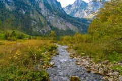 Rivière de montagne de crique dans Koenigssee, Konigsee, parc national de Berchtesgaden, Bavière, Allemagne photographie stock