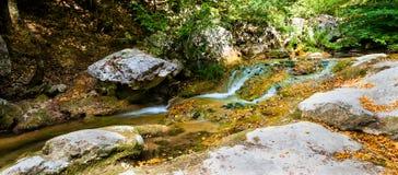 Rivière de montagne dans la roche Image libre de droits