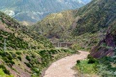 rivière de montagne entourée par les collines vertes image stock
