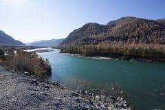 Rivière de montagne entrant dans la vallée entre les gammes de montagne Image libre de droits
