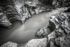 Rivière de montagne fonctionnant par le canyon rocheux Photos stock