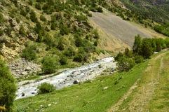 Rivière de montagne, gorge de Galuyan, Kirghizistan Photos stock