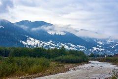 Rivière de montagne par temps pluvieux brumeux Photographie stock libre de droits