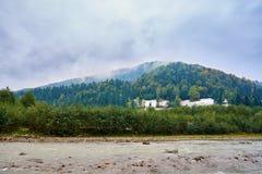 Rivière de montagne par temps pluvieux brumeux Images stock