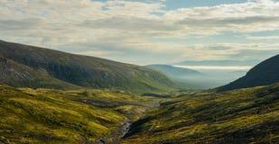 Rivière de montagne parmi les collines Images libres de droits