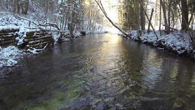 Rivière de montagne pendant l'hiver banque de vidéos