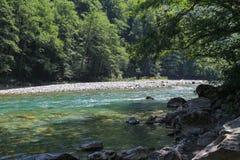 Rivière de montagne pour transporter de l'eau blanche photo stock