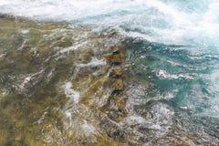 Rivière de montagne, texture débordante de précipitation de l'eau photos stock