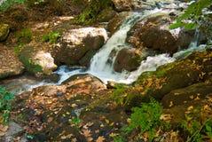 Rivière de montagne traversant des roches image stock