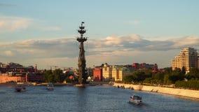 Rivière de Moscou au coucher du soleil banque de vidéos