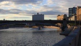 Rivière de Moscou dans les rayons du coucher de soleil banque de vidéos