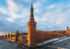 Rivière de Moscou et remblai de Kremlin à l'hiver photo libre de droits