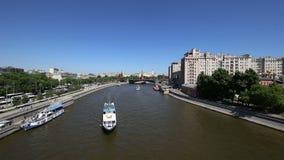 Rivière de Moskva et le jour de Kremlin, Moscou, Russie--la vue de les plus populaires de Moscou banque de vidéos