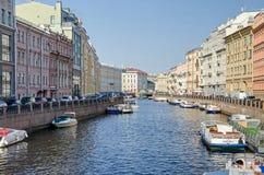 Rivière de Moyka du pont vert dans le St Petersbourg, Russie Photos stock