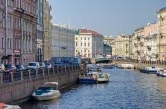 Rivière de Moyka du pont vert dans le St Petersbourg, Russie Photographie stock libre de droits