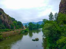 Rivière de Nalon entre la forêt verte complètement d'arbres, en Asturies, station thermale images stock