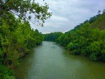 Rivière de Nalon entre la forêt verte complètement d'arbres, en Asturies, station thermale photographie stock