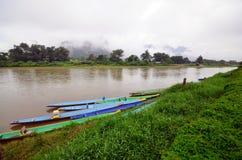 Rivière de Nam Song dans Vang Vieng, Laos photos stock