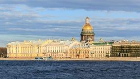 Rivière de Neva de belle vue avec la cathédrale d'Isaakievsky dans l'animal familier de saint Photographie stock libre de droits
