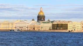 Rivière de Neva de belle vue avec la cathédrale d'Isaakievsky dans l'animal familier de saint Images stock