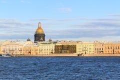 Rivière de Neva de belle vue avec la cathédrale d'Isaakievsky dans l'animal familier de saint Photographie stock