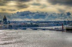 Rivière de Neva de vue supérieure de cathédrale de St Isaac construisant Admi principal Images libres de droits