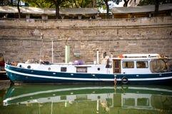 Rivière de Paris avec des bateaux et l'été de bâtiments Image libre de droits