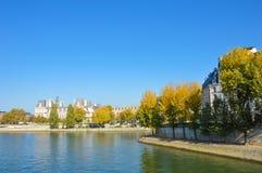 Rivière de Paris avec des bateaux et l'été de bâtiments Photographie stock