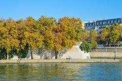 Rivière de Paris avec des bateaux et l'été de bâtiments Images stock