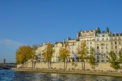 Rivière de Paris avec des bateaux et l'été de bâtiments Photographie stock libre de droits