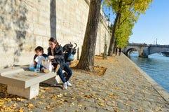 Rivière de Paris avec des bateaux et l'été de bâtiments Image stock