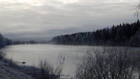 Rivière de plein hiver dans le début de la matinée Photographie stock libre de droits