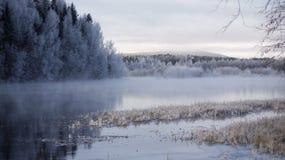 Rivière de plein hiver dans le début de la matinée photo stock