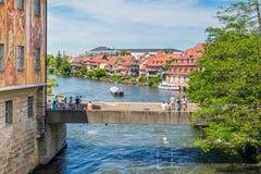 Rivière de Regnitz et le vieil hôtel de ville à Bamberg Photo stock