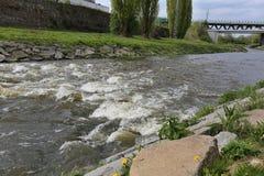Rivière de ressort avec le viaduc Photo stock