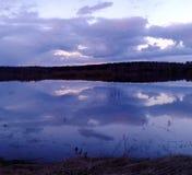 Rivière de ressort, l'eau lente, nuages Image libre de droits