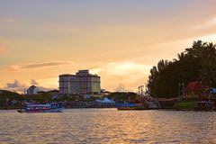 Rivière de Sarawak le soir image libre de droits