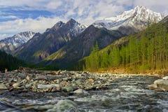 Rivière de Shumak dans la loche de Tunkinskie Images libres de droits