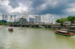 Rivière de Singapour et l'esplanade image stock
