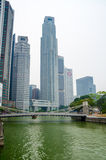 Rivière de Singapour, pont de Cavenagh et district des affaires central sur le fond blanc Images stock