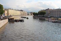 Rivière de St Petersbourg, de Fontanka et bateaux de moteur pour l'excursion Photographie stock libre de droits