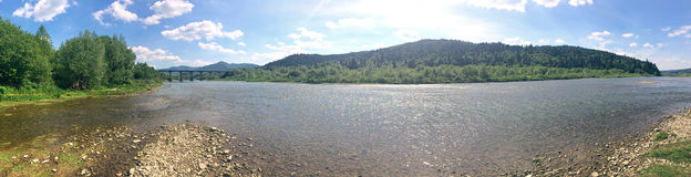 Rivière de Stryi près de Skhidnytsya, Ukraine image stock