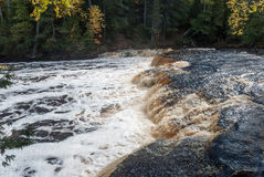 Rivière de Tahquamenon et plus bas automnes, parc d'état d'automnes de Tahquamenon, Michigan, Etats-Unis Photographie stock libre de droits