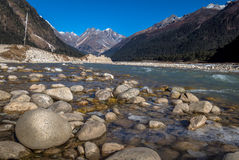 Rivière de Teesta traversant la vallée de Yumthang Photos libres de droits