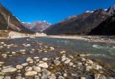 Rivière de Teesta traversant la vallée Sikkim de Yumthang Photos stock