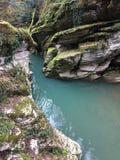 rivière de temps dans les montagnes photographie stock libre de droits