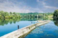 Rivière de Tessin au barrage de Panperduto en parc de Tessin, Somma Lombardo, Italie Photos stock