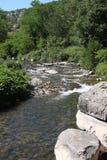 Rivière de tributaire dans la région d'Ardeche des Frances Photos stock