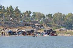 Rivière de Tungabhadra dans le village de Hampi et le transfert des riverains et des touristes à l'autre rivage Grande pierre tro image libre de droits